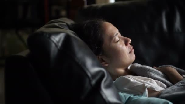 Asijské žena nemocná sama, spaní na pohovce s hromadné video