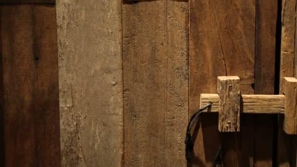 Staré rustikální teak dřevěné prkenné dveře texturu, starý styl uzamknout videa 4k
