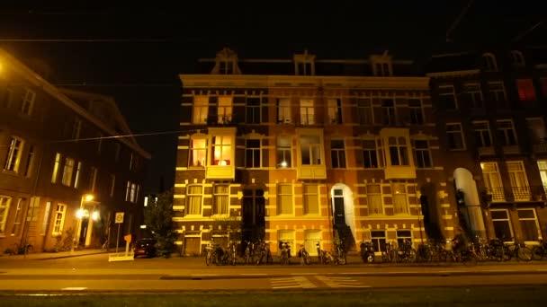 Amsterdam, Nizozemsko: 5. dubna 2017 - noční večer pouliční pohled místního života ve městě, byt ulice a lidé