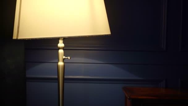 Luce lampada lusso illuminare di notte il muro blu hotel