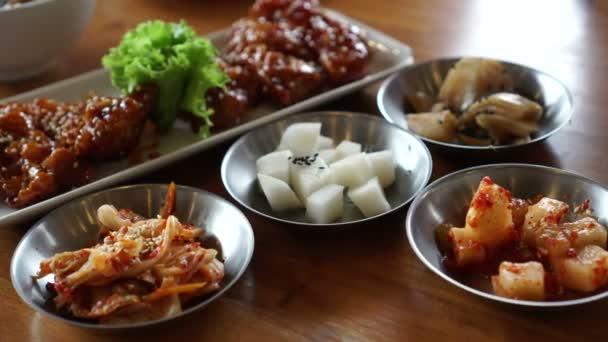 Jíst Korejská pikantní omáčka smažené kuře s doplnky 4k