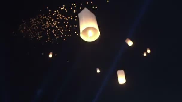 Loy krattong, yi peng festival v Thajsku. Krásná Lucerna plovoucí nad noční obloha