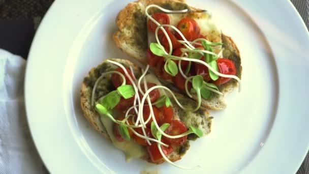 Pesto chléb s rajčaty a sýrem čisté jídlo 4k