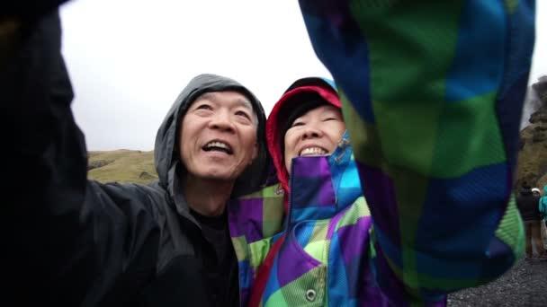 Asijské starší pár Selfie fotografie dohromady cestování výlet
