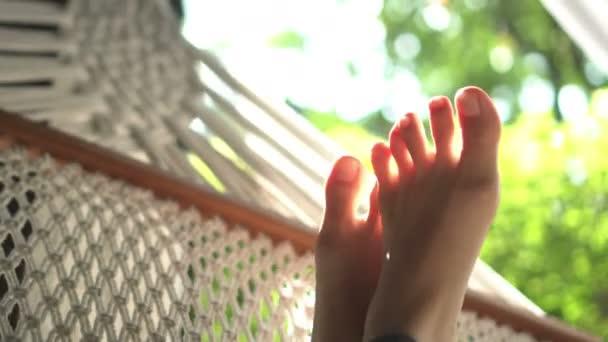 Chodidla v houpací síti v létě relaxace v přírodě