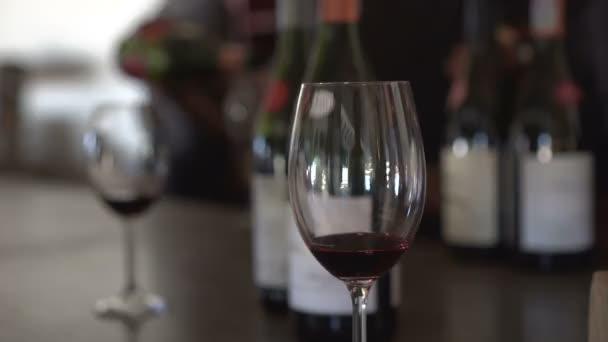 Testování vína nalévání z různých lahví video