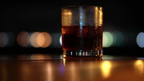 Pohár whisky Spirit shot a sötét éjszakai szabadtéri bár