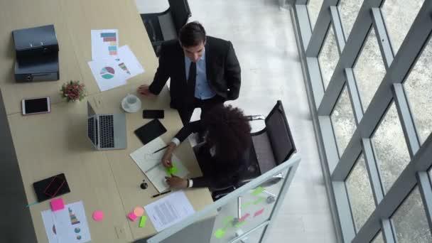 A sokszínűségi csapat a modern irodában dolgozik felülnézetben