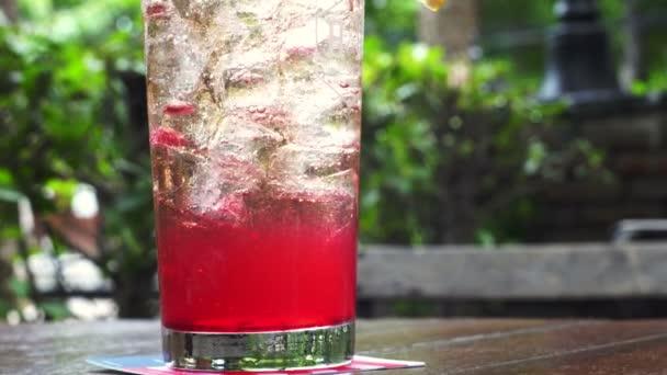 Sommer-Limo-Cocktail mit Erfrischung aus Zitrone und Kirsche