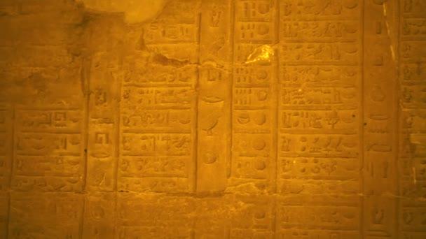 Hieroglyfický starověký egyptský solární kalendář v chrámu Kom Ombo