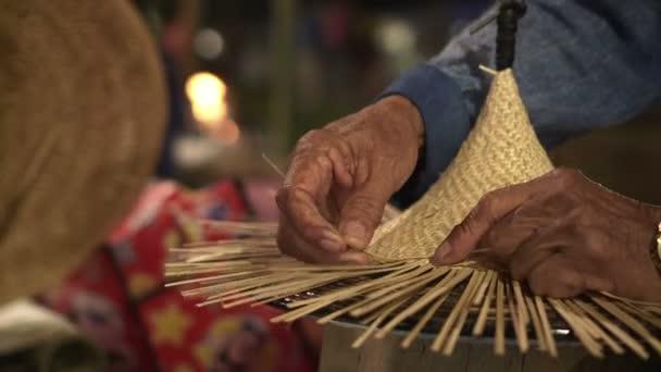 Ruky tkaní tradiční řemeslník bambusový koš Thajské tradiční