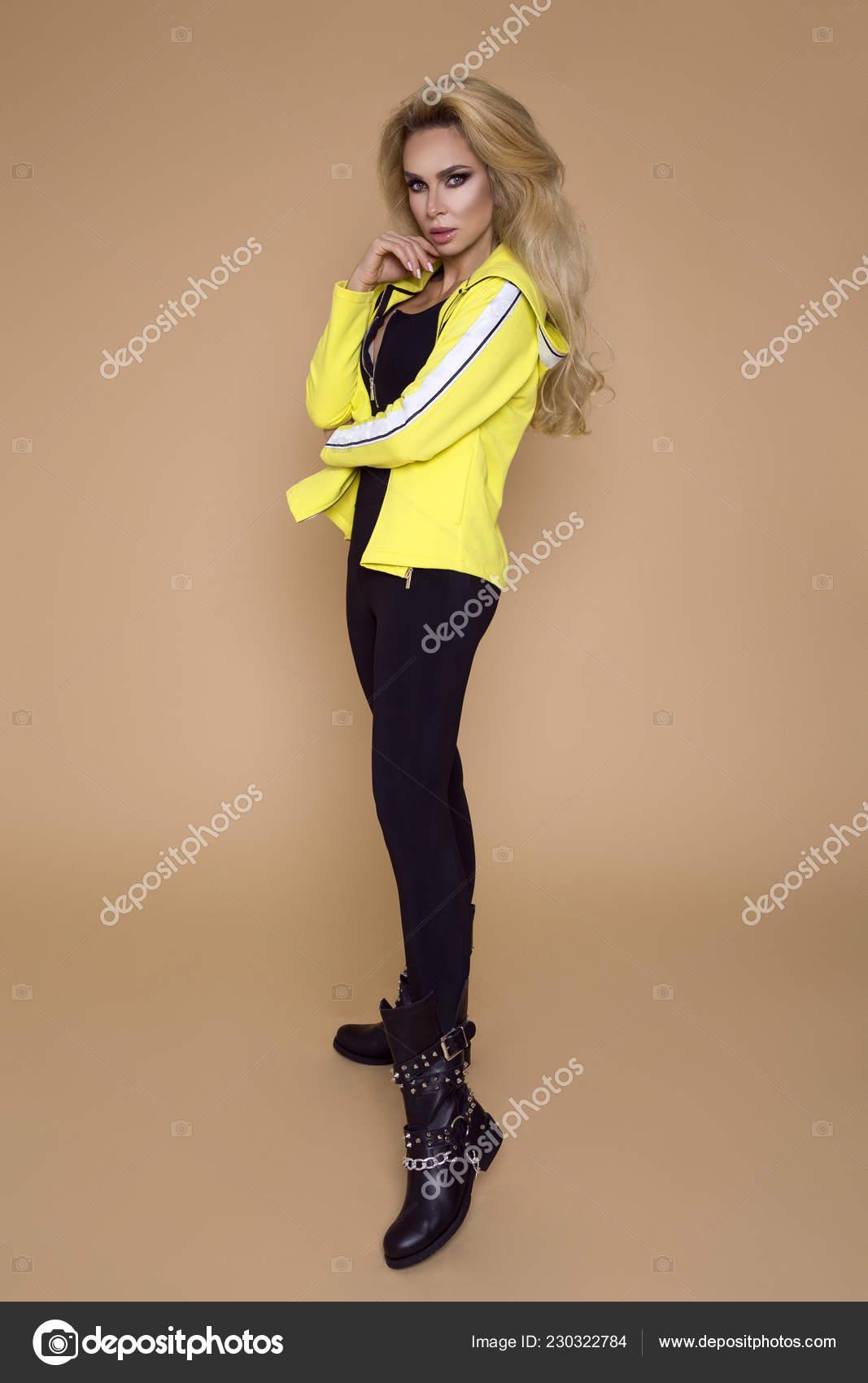 ecfa83e6ca91 Όμορφη Νεαρή Γυναίκα Μοντέλο Ένα Σπορ Ρούχα Φούτερ Και Κολάν ...