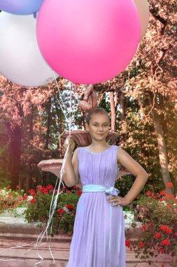 """Картина, постер, плакат, фотообои """"Красивая молодая девушка с большими разноцветными воздушными шарами, гуляя в парке недалеко от города - изображение"""", артикул 266624000"""