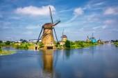 pohled na tradiční větrných mlýnů v Kinderdijk, Nizozemsko. Tento systém 19 větrných mlýnů byl postaven okolo roku 1740 a je na seznamu dědictví UNESCO.