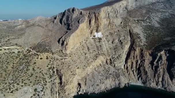 Letecký pohled na klášter Panagia Hozovitissa na ostrově Amorgos