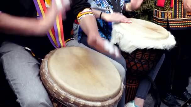 Lidi hrajou na bicí djembe. Zpomalte rytmus.