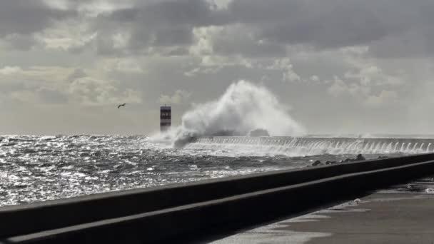 Doba bouřku v ústí řeky Douro, Porto, Portugalsko