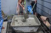 Mischen eines Zements in Salver zum Aufbringen von Baumaterial