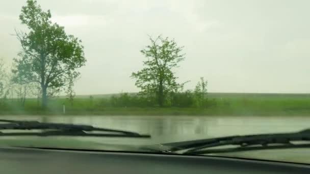 Vor dem Auto fahrenden andere Autos im Regen