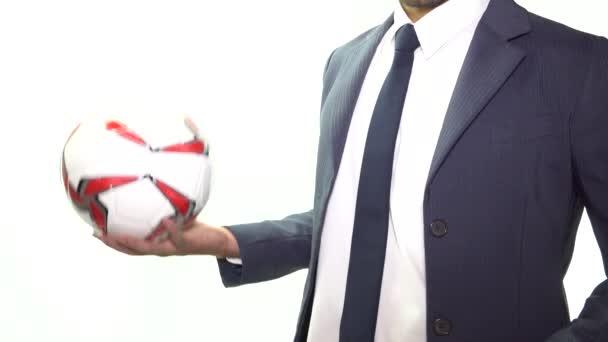 Geschäftsleute werfen Fußball oder Fußball auf weißem Hintergrund. Weltfußball oder Fußballkonzept. hochauflösendes Footage 4k 3840x2160