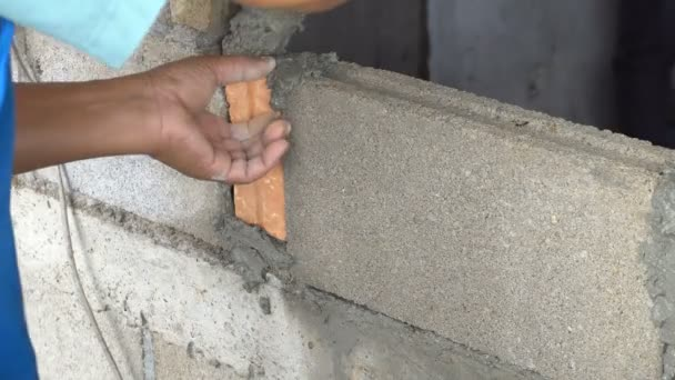 Zedník zedník nebo pokoj v budově Maltou nebo cementem. Semener vytváří pokoj nebo zdi cihlové. 4 k 3840 × 2160 záběry s vysokým rozlišením pro průmyslové kategorii
