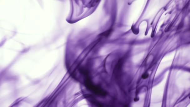 Lila vagy lila színű festék csepp víz a fehér háttér előtt. Absztrakt élelmiszer színes tinta csepp víz a háttérben design felvételeket. 3840 x 2160 4 k nagy felbontású felvételeket