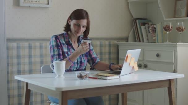 Mladá žena na volné noze pracuje doma. Bruneta ženy, které hovoří online, sedí u stolu ve vnitrozemí Provence.