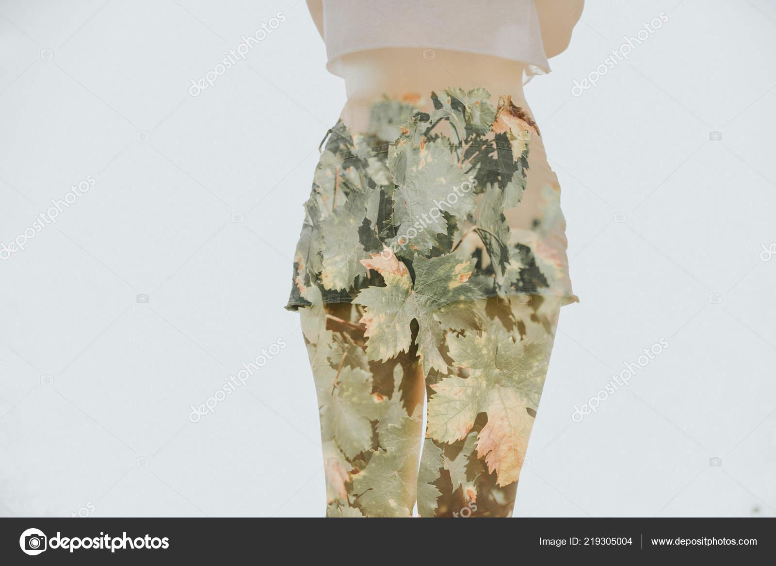 Mujer Soldado Que Tiene Un Cuchillo En El Suelo Sobre Fondo Gris Foto De Stock C Daviles 219305004