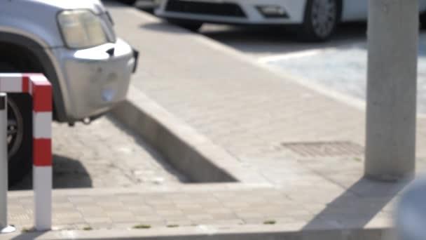 Parkolás akadály felvonók, egy autó kereszt a jelenetet, és a sorompó zárja, egy kültéri parkoló, a természetes napfény.