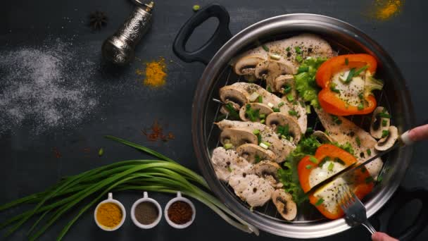 zdravé jídlo dušené kuře s houbami a zeleninou