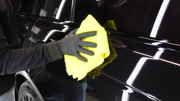 Mikrofaser-Reinigung von schwarzen Autos