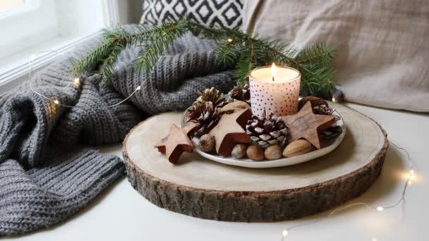 Weihnachtsbeleuchtung Tannenzapfen.Gemütliche Ruhige Weihnachtsszene Brennende Kerze Stand In Der Nähe Fenster Funkelnden Weihnachtsbeleuchtung Natürliche Dekoration Von Tannenzapfen Haselnüsse Und Hölzernen Sterne Tanne