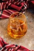 Fotografie Zátiší s sklenici bourbonu. Sklenice whisky s ledem. Koncept podzimní slezina
