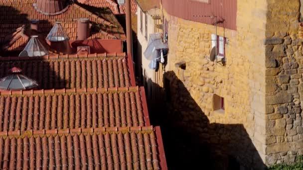 Staré barevné domy a kachlové střechy. Architektura Porta, Portugalsko za slunečného dne.