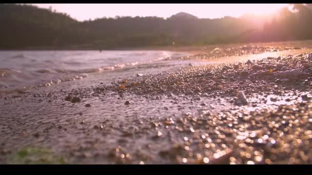 V pozadí Velký příboj oceánu pláže vlny na břehu s čistou mořskou vodou.
