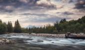 Bela řeka s vrcholem Kriváň v pozadí při západu slunce na Slovensku