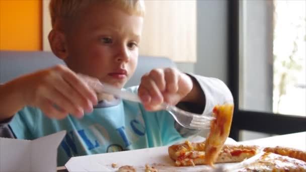 Nettes Kind Pizza Mit Appetit Essen In Fast Food Restaurant Full Hd