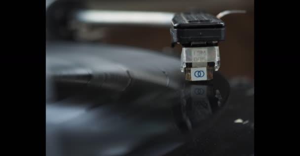 egy rekord lejátszása a lemezjátszó