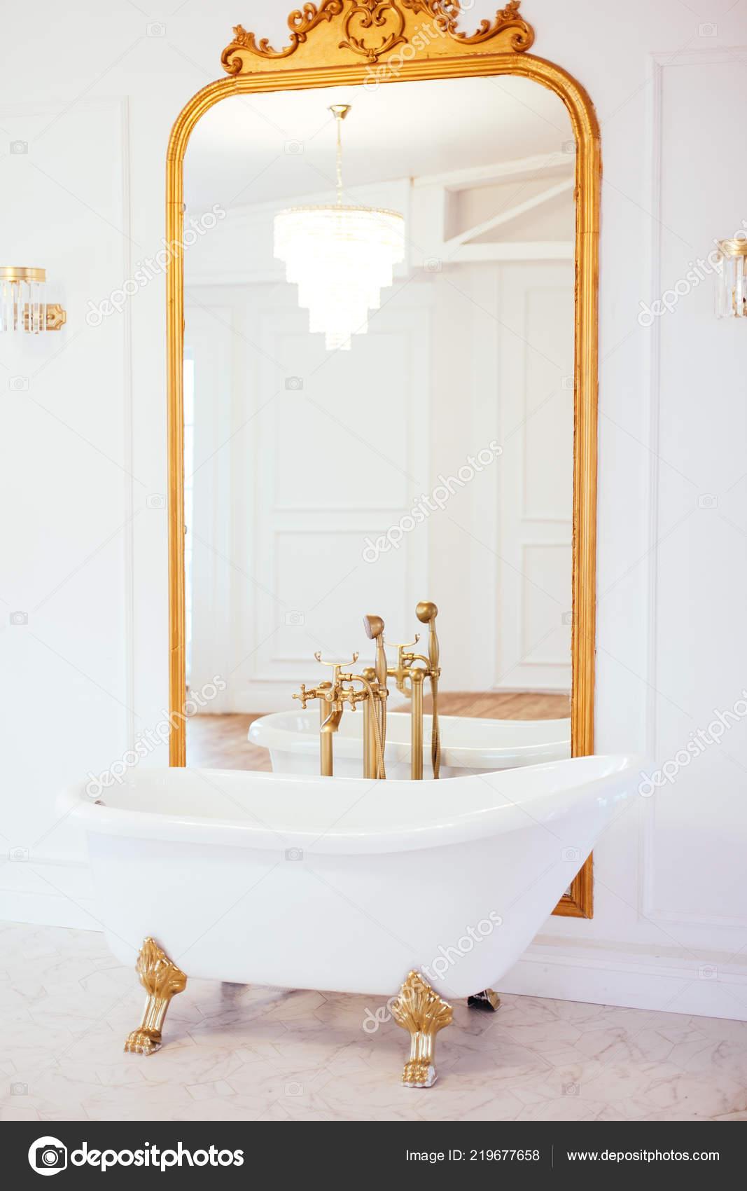 Vintage Weiß Bad Der Nähe Von Spiegel Mit Einem Goldenen — Stockfoto ...