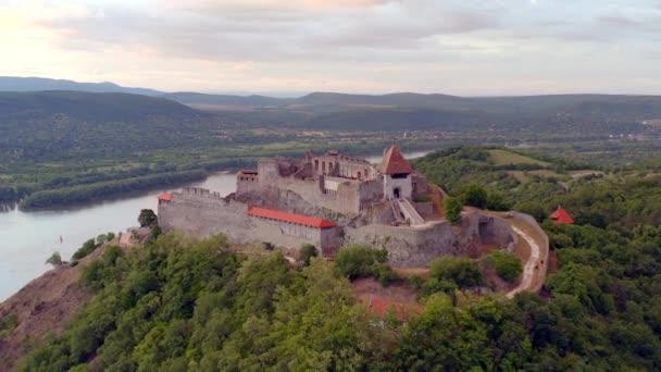 Csodálatos 4k légi felvétel a visegrádi kastélyról Magyarországon. Fantasztikus történelmi várrom a Duna kanyarban. Népszerű turisztikai célpont. Fényes színes videó, amikor a kastély üres.