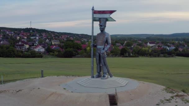 Légi felvétel a Miska Hussar szoborról az M7-es autópálya mellett, Magyarországon Pakozd. Az 1848-as szabadságforradalom emlékére. A magyar történelem turisztikai attrakciója