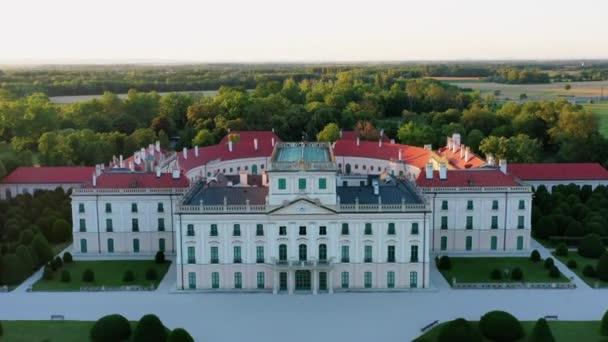 Az Esterházy-palota Sopron mellett, Fertodban, Hunaryban. Híres történelmi palota gyönyörű kerttel és nagy erdővel. Magyar hiostori örökség.