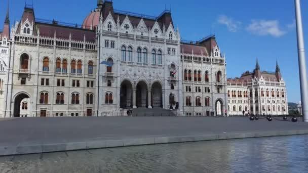Csodálatos videó a magyar parlament épületéről. Tiszta kék ég felhőkkel. Fantasztikus turisztikai célpont Budapesten Magyarország.