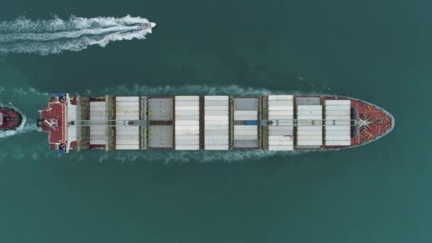 nagy konténer hajó a tenger antenna függőleges