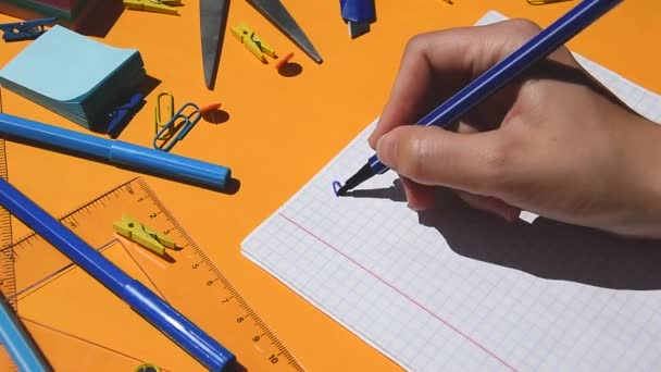 Schüler zeichnen SCHULE AT HOME Text auf einen Notizblock, zurück zur Schule, Schulmaterialien