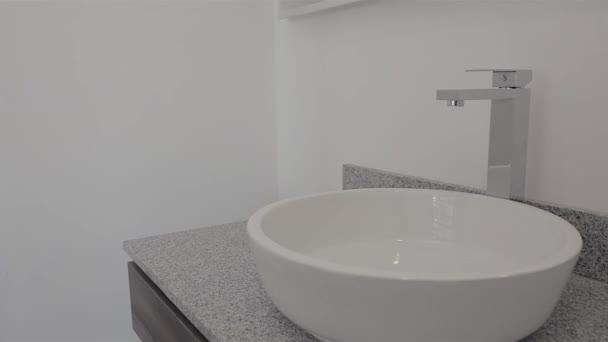 Uzamykatelný dřez na mramorové základně v luxusní koupelně. Sokety pro realitní projekty