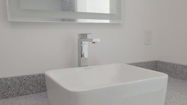 Zárható mosogató egy márvány bázison egy luxus apartman fürdőszobában. Ingatlanprojektekhez használt foglalatok