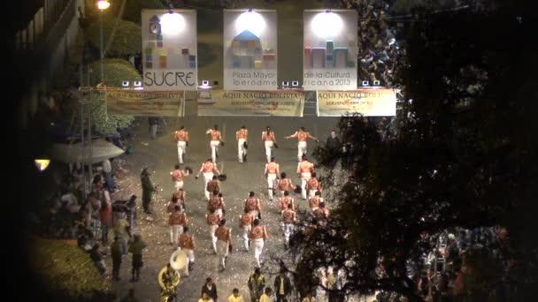 Sucre, Chuquisaca / Bolívie - 15. září 2013: Typická a folklorní bolivijská taneční skupina známá jako Caporales s lesklými a atraktivními kostýmy v noci
