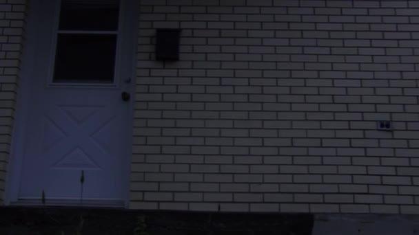 Weiße Haustür mit zwei Schlössern