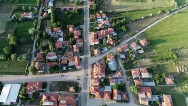 letecké záběry roztomilé vesnice v Ispartě, mezi svěžími stromy a poli za slunečného letního dne